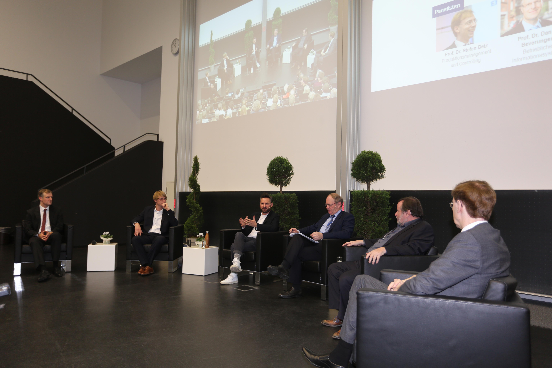 Wirtschaftswissenschaftler im Gespräch mit Frederik G. Pferdt.